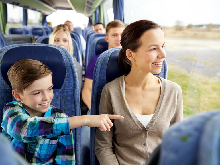 Ludzie podróżujący autokarem podziwiający widoki